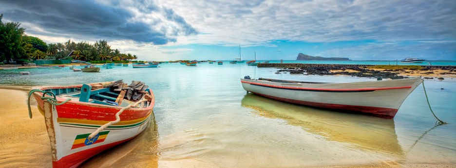 Mauritius: boats and beach